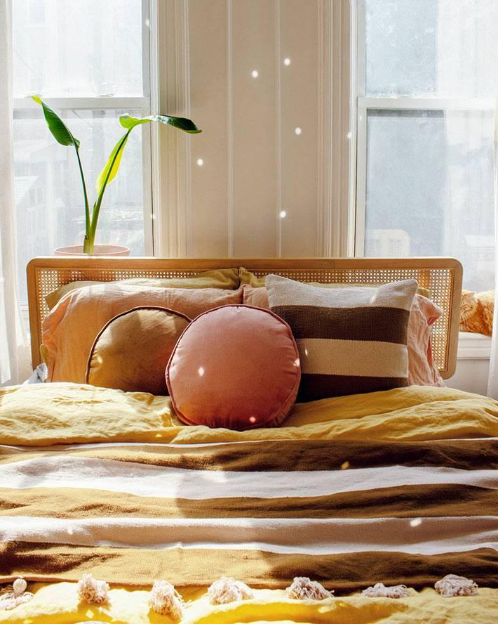 круглые подушки для спальни купить, солнечный интерьер спальни
