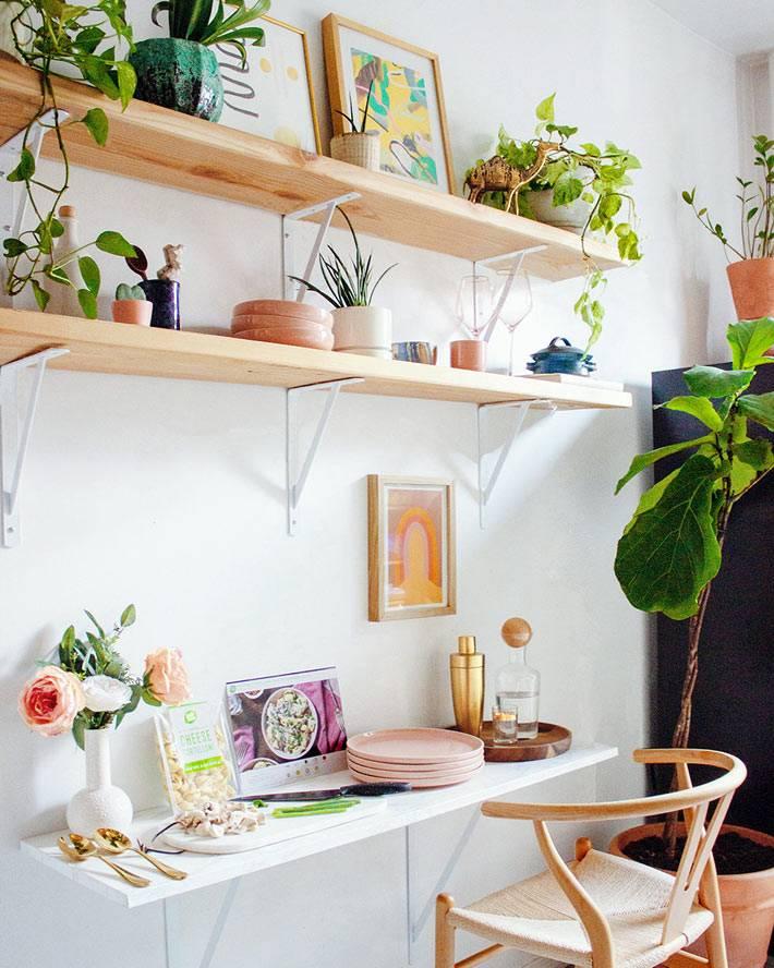 навесной рабочий стол, открытые подвесные полки для книг