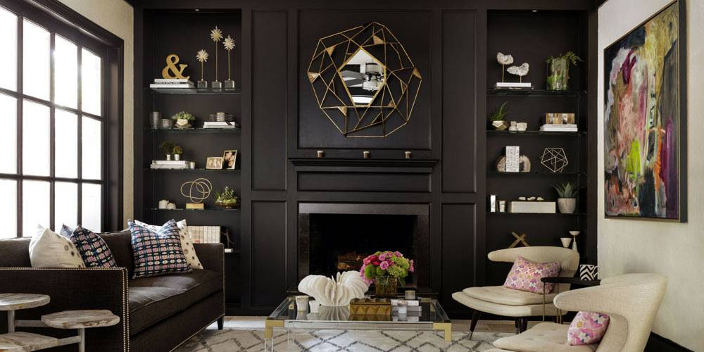 черный шкаф в гостиной - фон для декораций золотого цвета