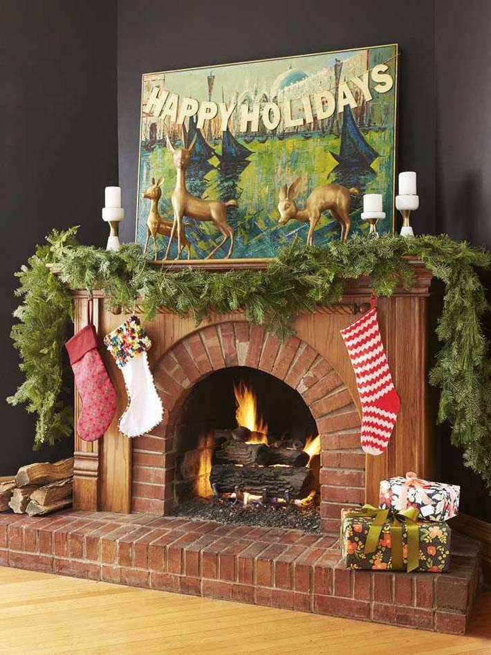 новогоднее украшение камина, ёлочная гирлянда, носки для подарков