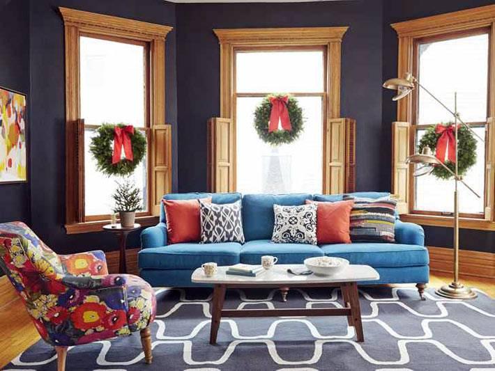 рождественские хвойные венки на окнах в комнате фото