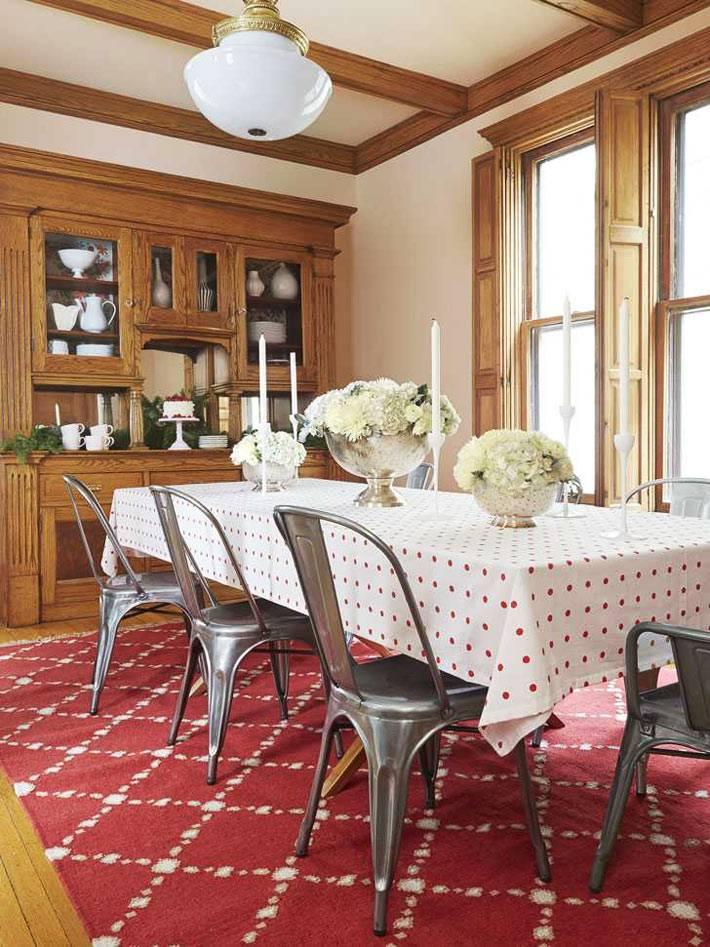 красный ковер под столом в обеденной зоне, белая скатерть, железные стулья