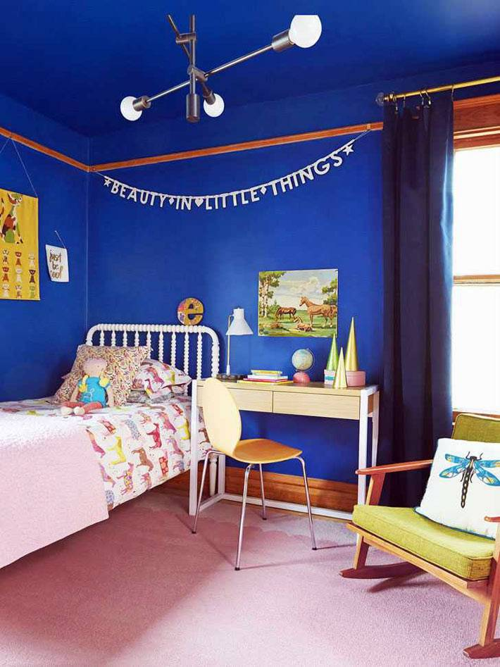 синие стены и потолок в детской спальне, зеленое кресло-качалка
