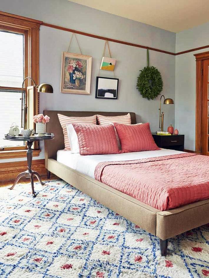 розовое и белое постельное белье в спальне, новогодний венок на стене