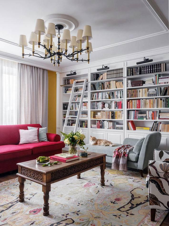 домашняя библиотека с лестницей в современной гостиной комнате
