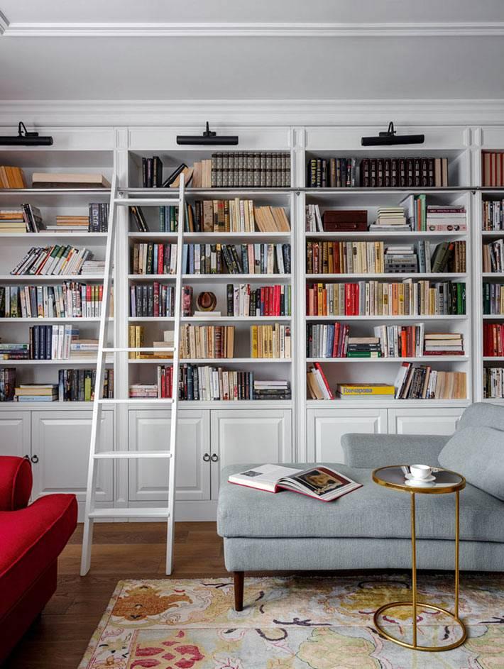 встроенные белые стеллажи для книг с подсветкой - библиотека в доме