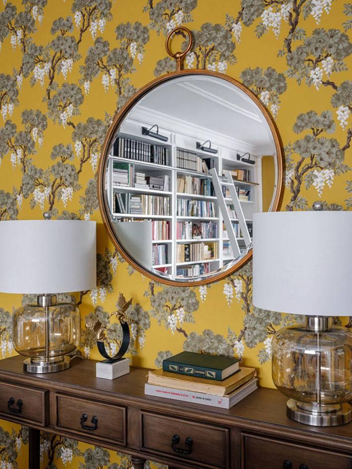 ярко-жёлтые обои с цветочным рисунком на стене гостиной комнаты