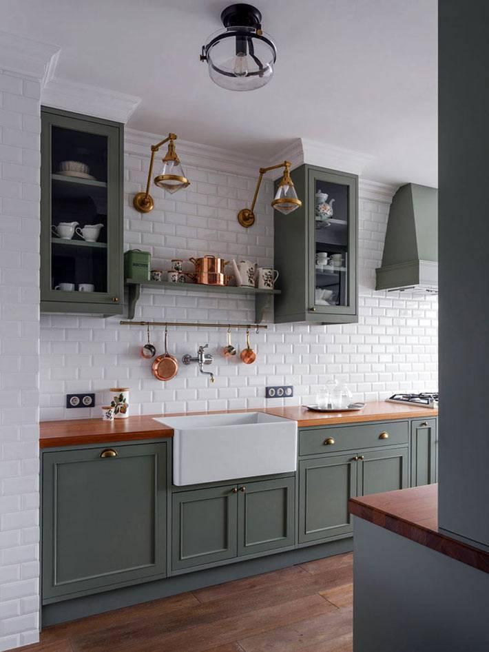 гармоничная кухня с зелёными шкафчиками и деревянной столешницей