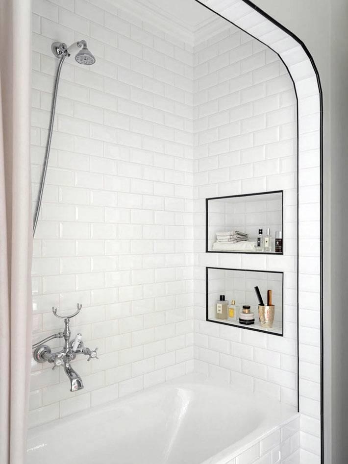 белая ванная с арочным сводом, встроенные ниши в стене фото