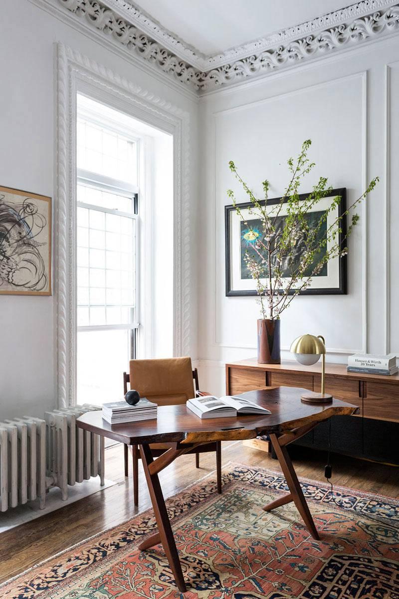 домашний рабочий кабинет с ковром и лепниной на потолке фото