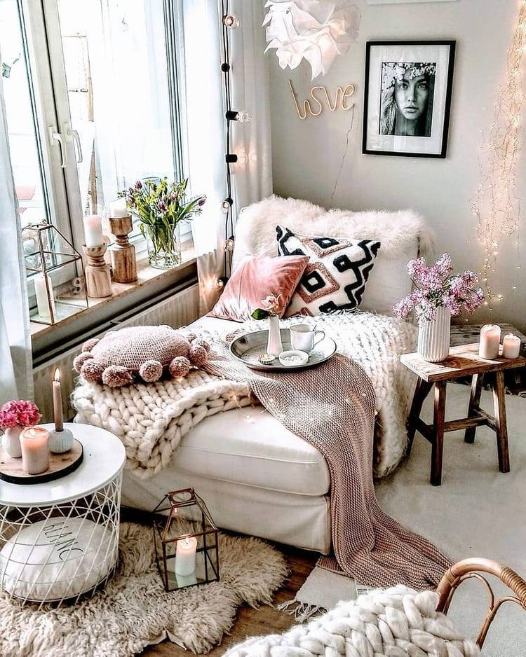 уютное место в доме на диванчике рядом с окном фото