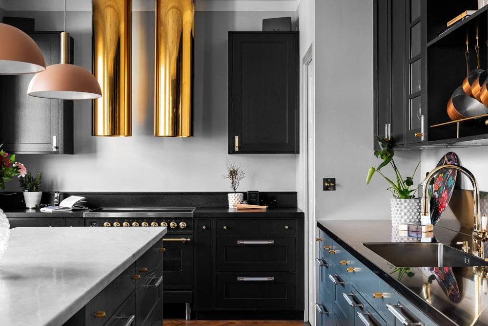 кухонная вытяжка в виде золотых труб над газовой плитой