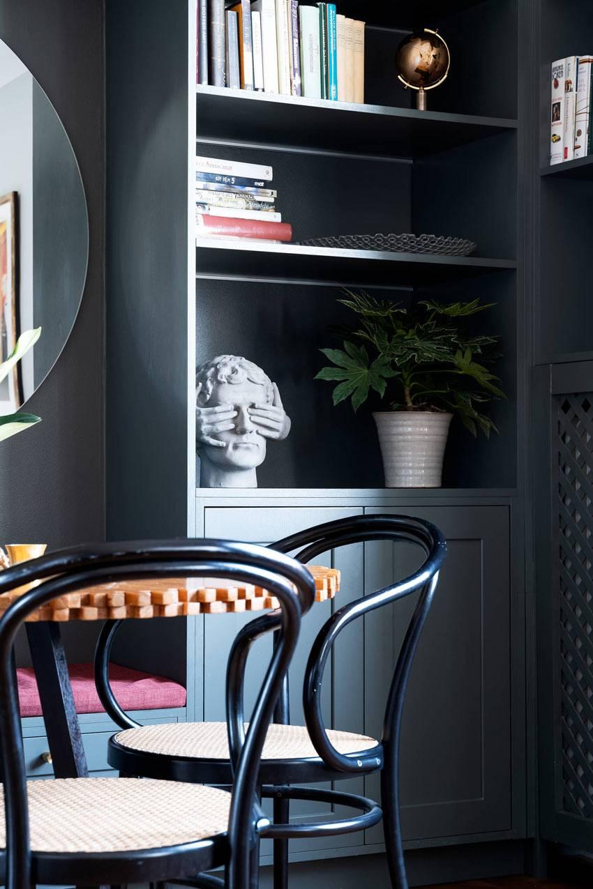 черные стеллажи на кухне для хранения книг и декора