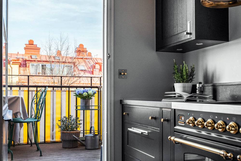 черная кухня с выходом на балкон в квартире