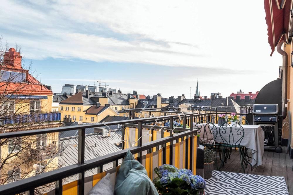 городской открытый балкон-терраса как продолжение кухни
