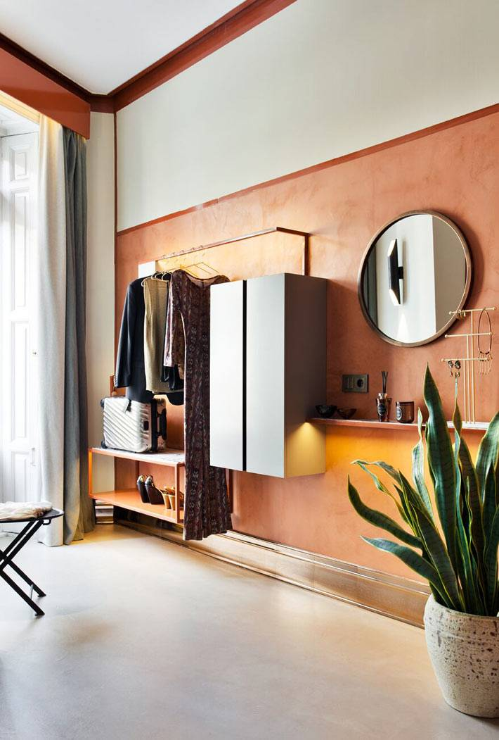 терракотовый цвет стен в интерьере гардеробной фото