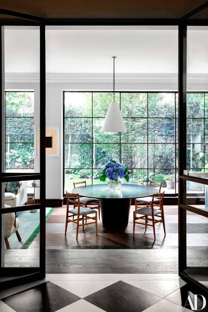 панорамные окна в доме, пол с шахматной клеткой, обеденный зал