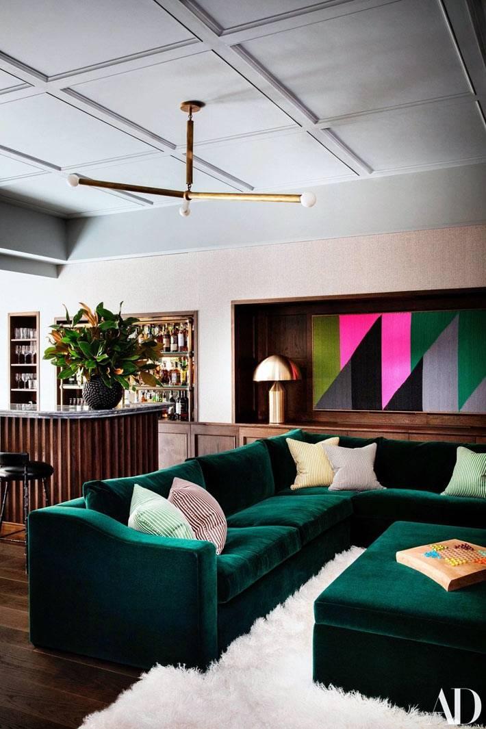 комната отдыха - угловой бархатный диван и барная стойка