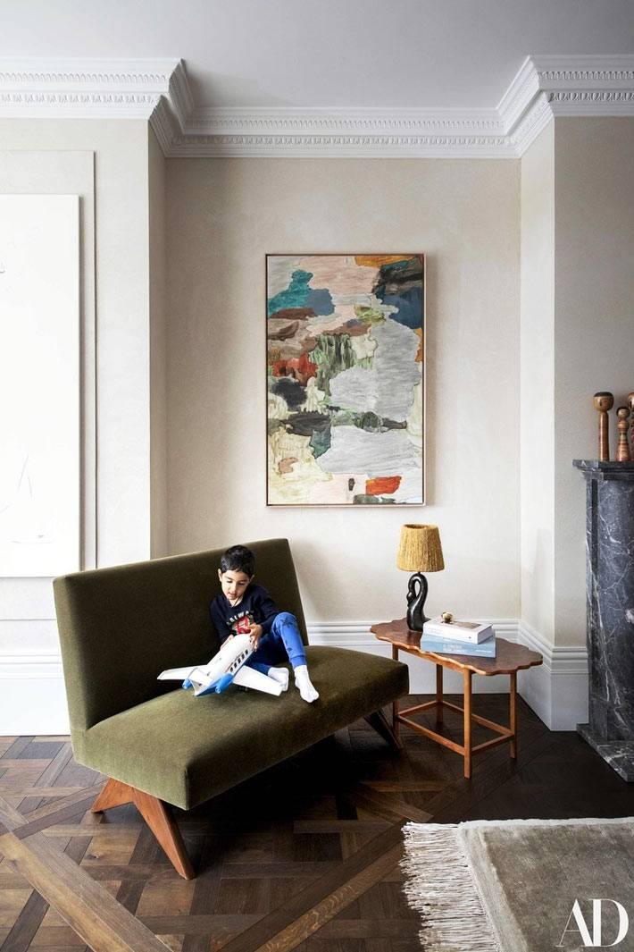 журнальный стол с фигурной столешницей, витанжный зеленый диван