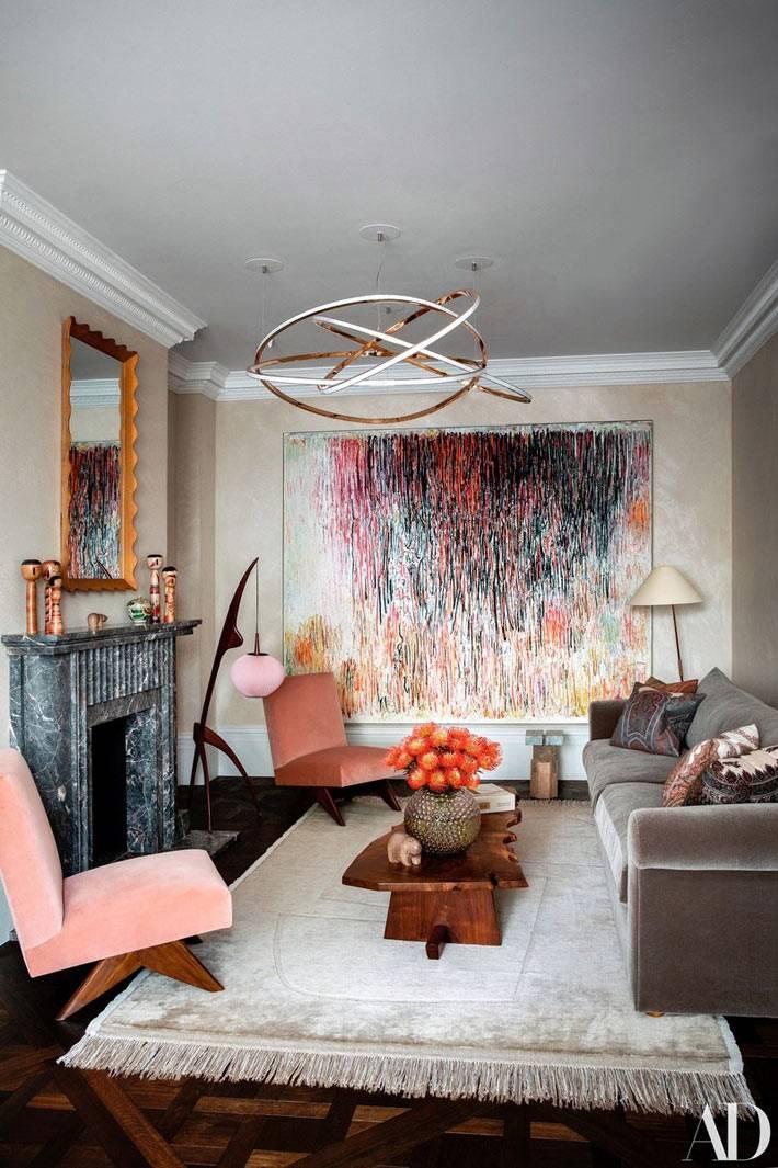 большая картина с абстракцией в гостиной, розовые кресла в ретро стиле