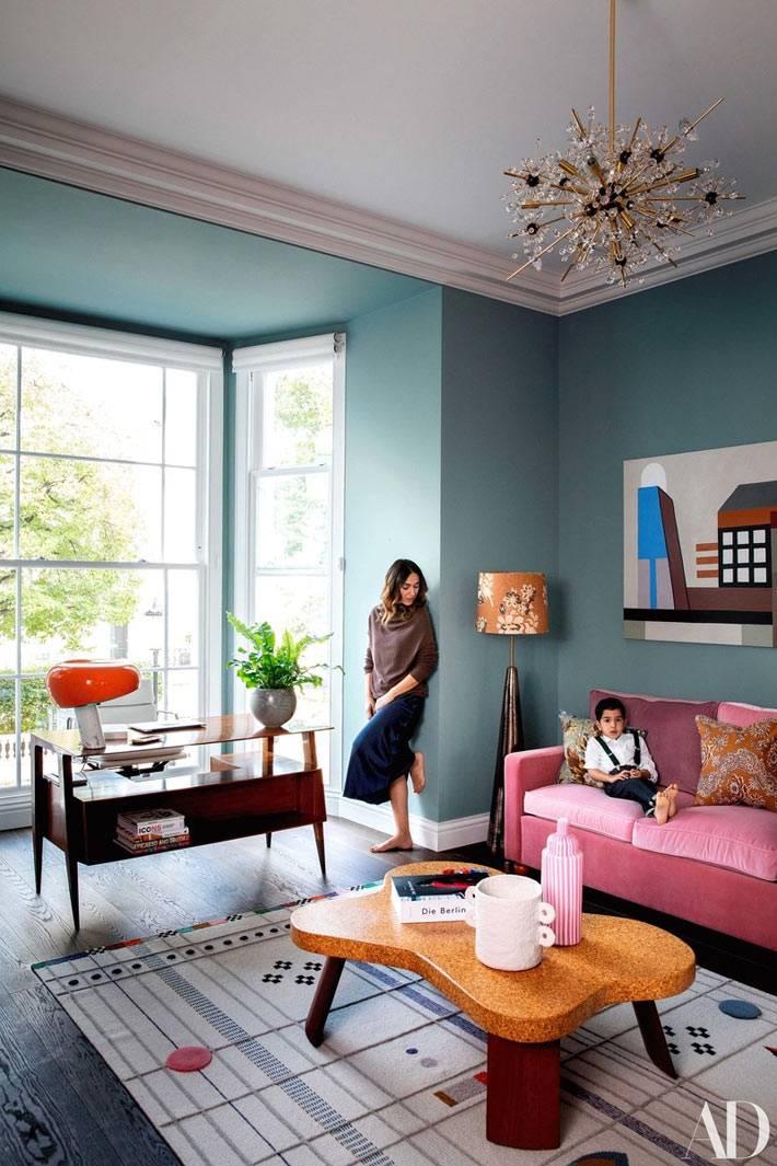 комната с винтажной мебелью, фигурный журнальный стол, розовый диван