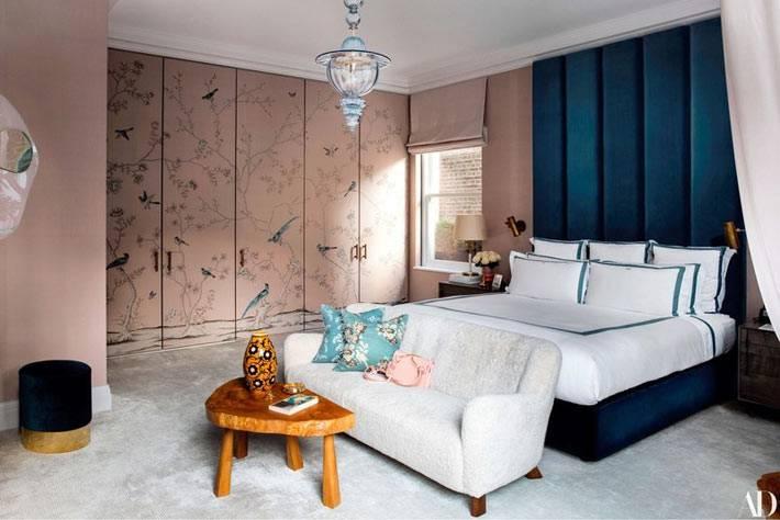 встроенній шкаф розового цвета с росписью птицами и цветами в спальне