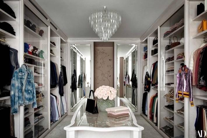 большая комната для гардеробной, стеллажи белого цвета, выдвижные полки