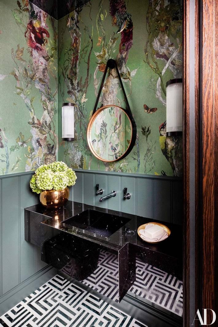 умывальник из черного мрамора, зелёные обои в ванной комнате