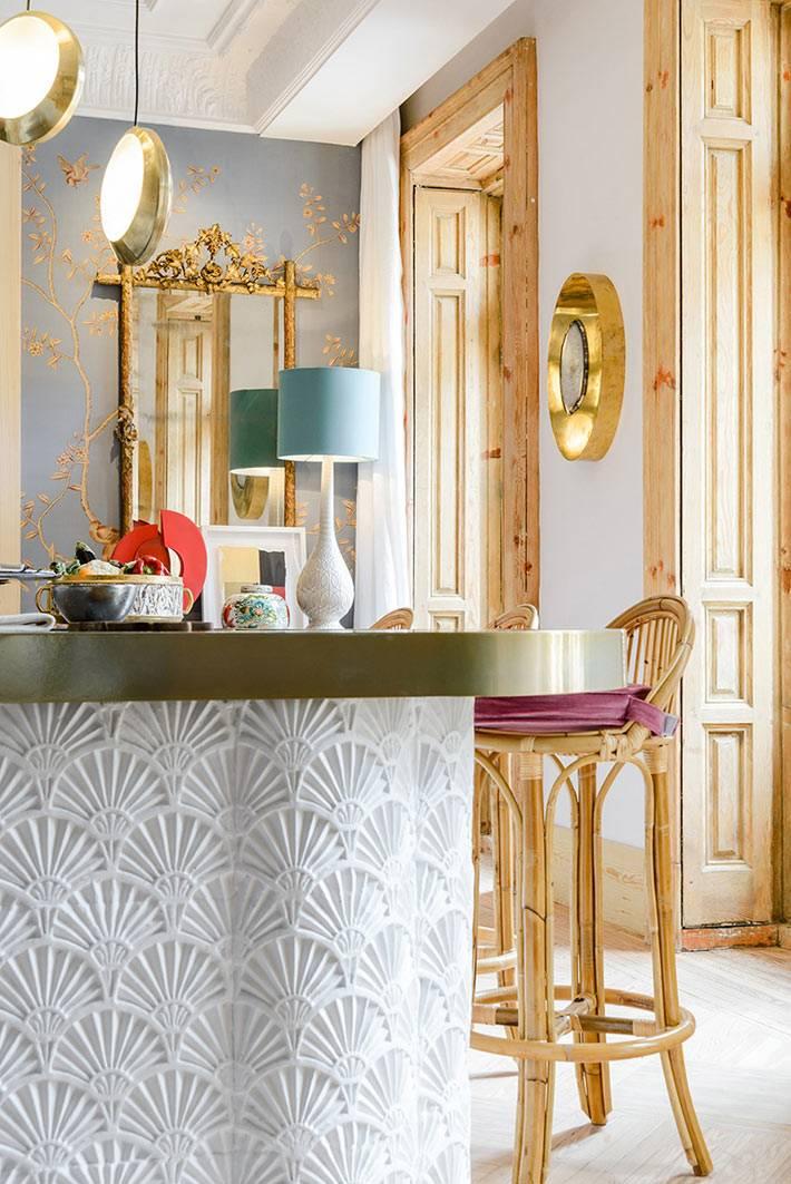 красивая ажурная лепка на основании стола-острова на кухне