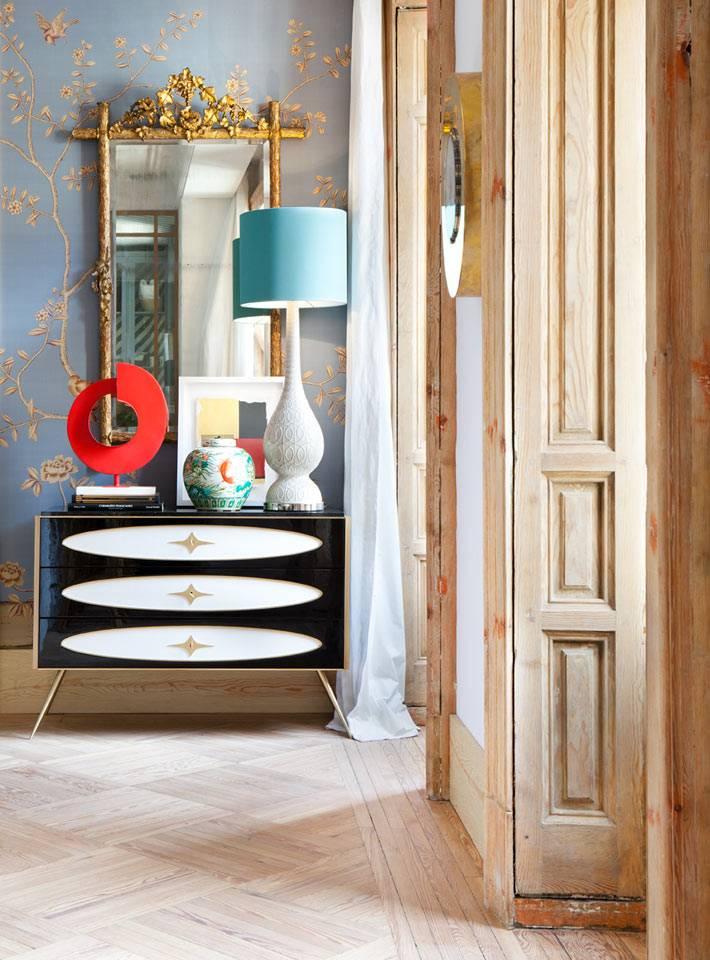красивейший черно-белый комод в ретро-стиле, зеркало в позолоченой раме
