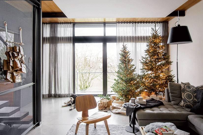 Праздничный скандинавский интерьер дома с мерцающими огнями