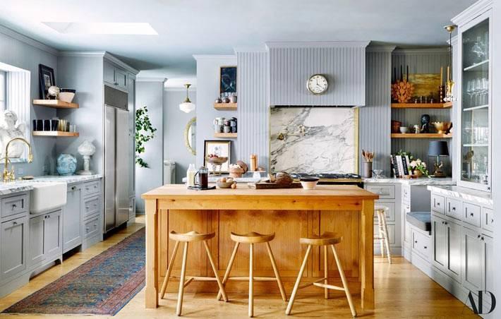 светло-серый цвет для кухни, кухонный остров из светлого дерева