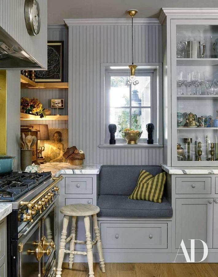 удобное место для сидения с матрасом у окна на кухне
