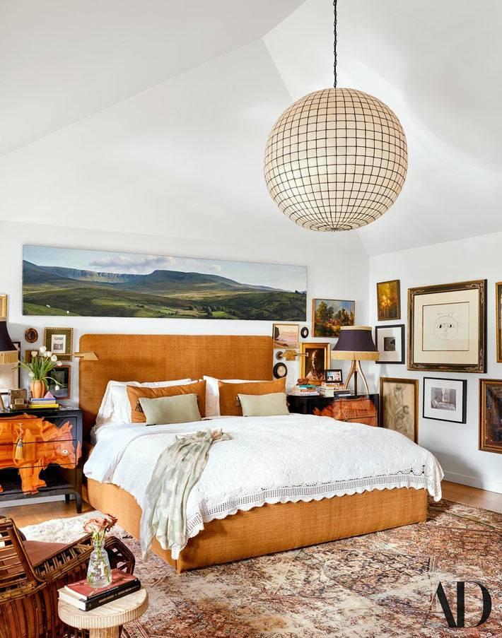 двуспальная кровать обита оранжевым материалом фото