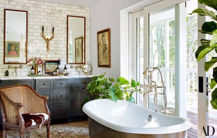 шикарная ванная комната с живыми растениями и окнами в пол