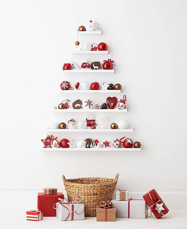 настенная новогодняя ёлочка из белых полок и красных шаров фото