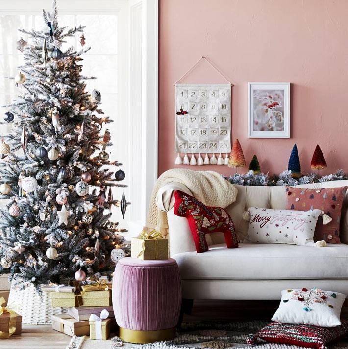 адвент календарь на розовой стене возле ёлки фото