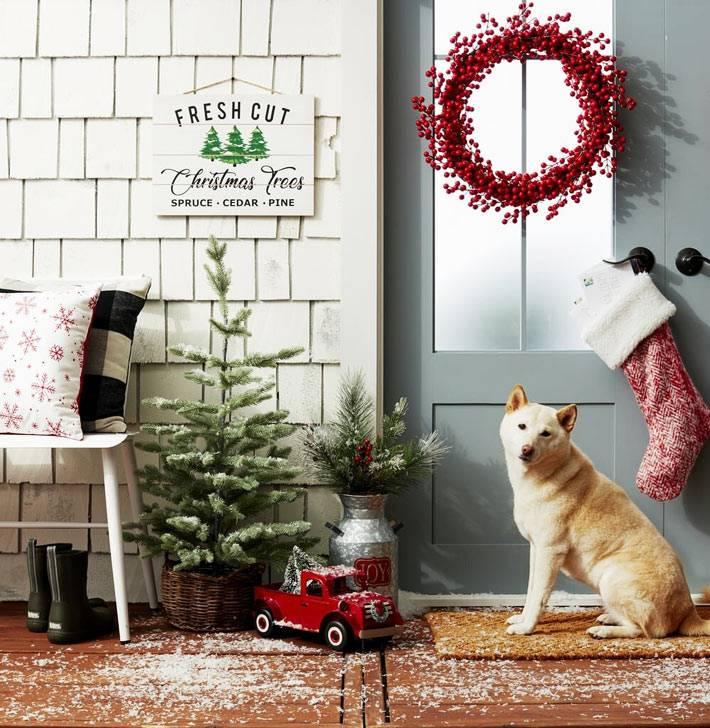 рождественский венок из рябины на входной двери дома