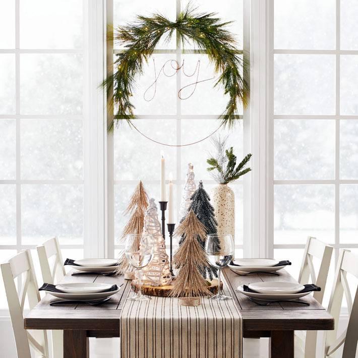 маленькие декоративные ёлочки на праздничном столе фото