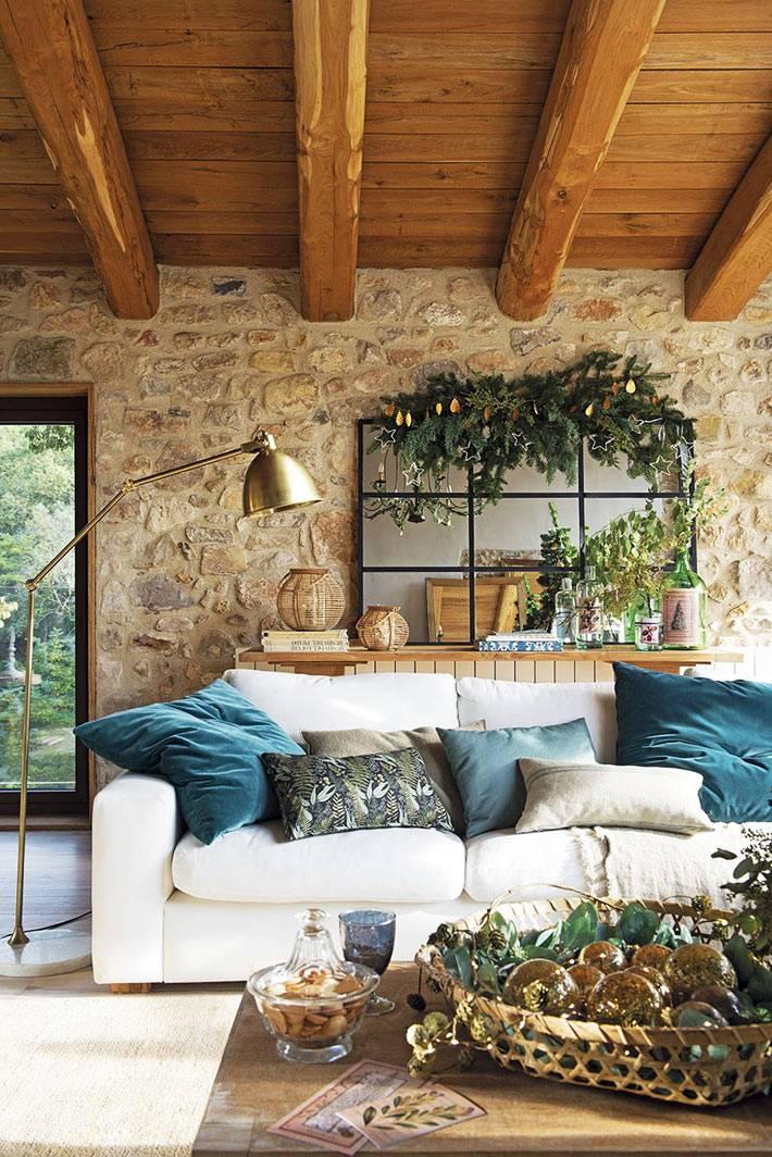 испанский дом с каменными стенами украшен новогодними украшениями