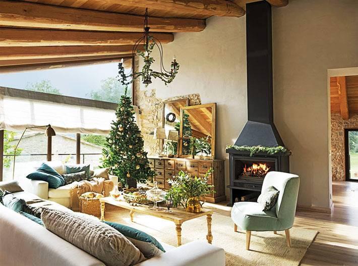 уютная мансардная комната с камином и новогодней ёлкой