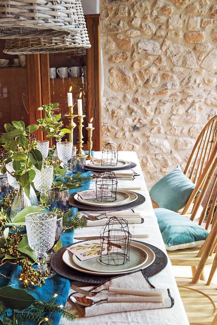 новогодние атрибуты для праздничного стола, голубые салфетки под тарелки
