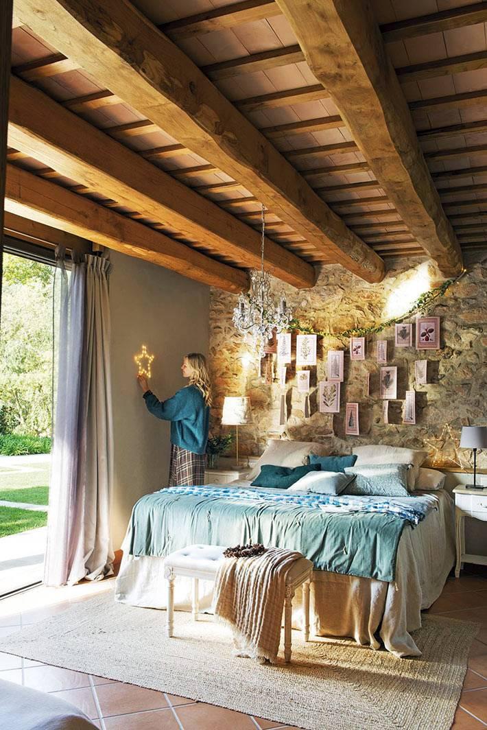 деревянный потолок с балками в спальне для родителей фото