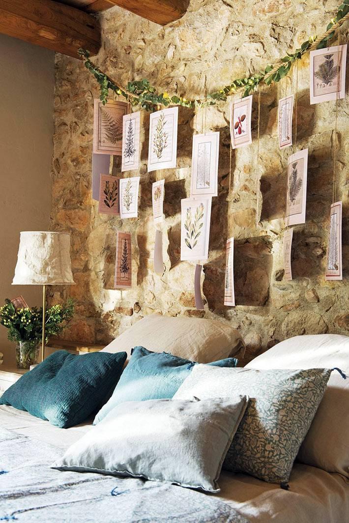 галерея из флористических рисунков на каменной стене за кроватью