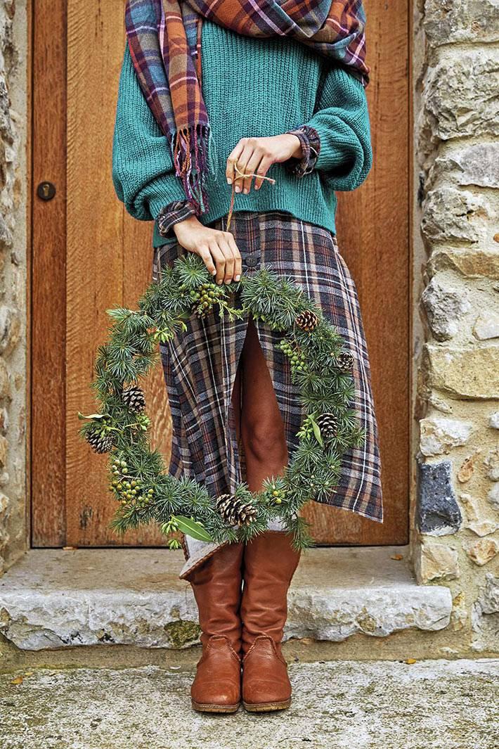минималистичный рождественский венок на входную дверь дома