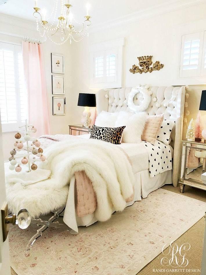 гламурная бело-розовая спальня с новогодними атрибутами