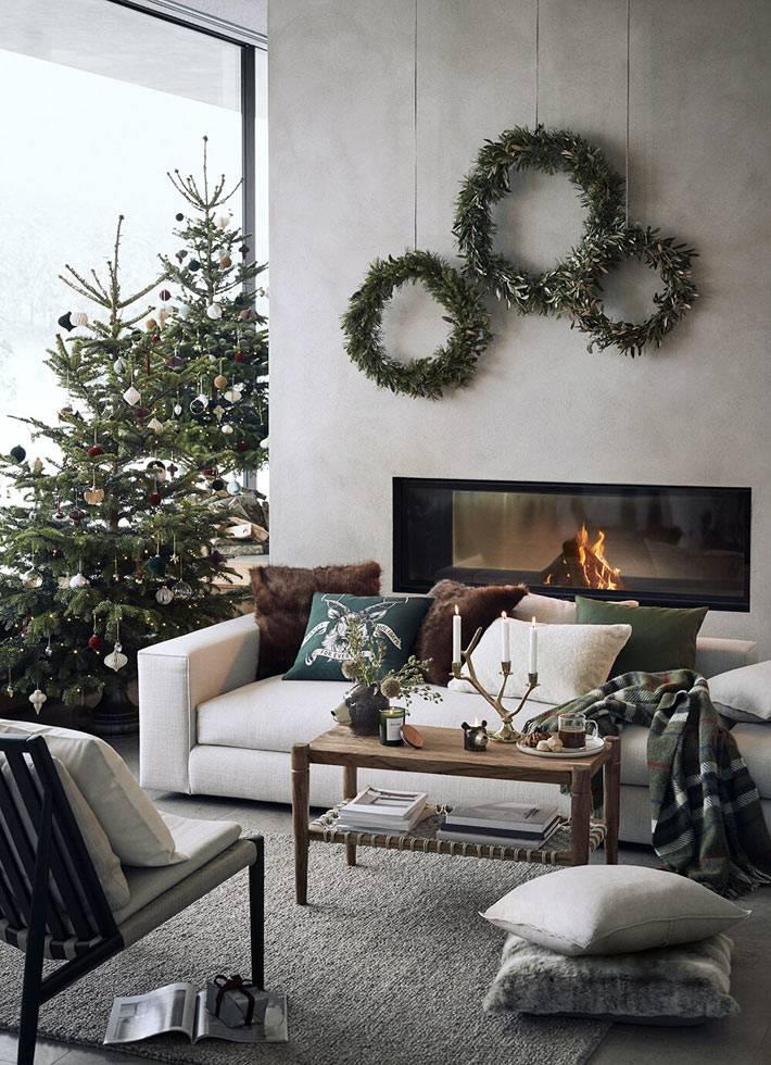 две украшенные ёлки, три рождественских венка в доме
