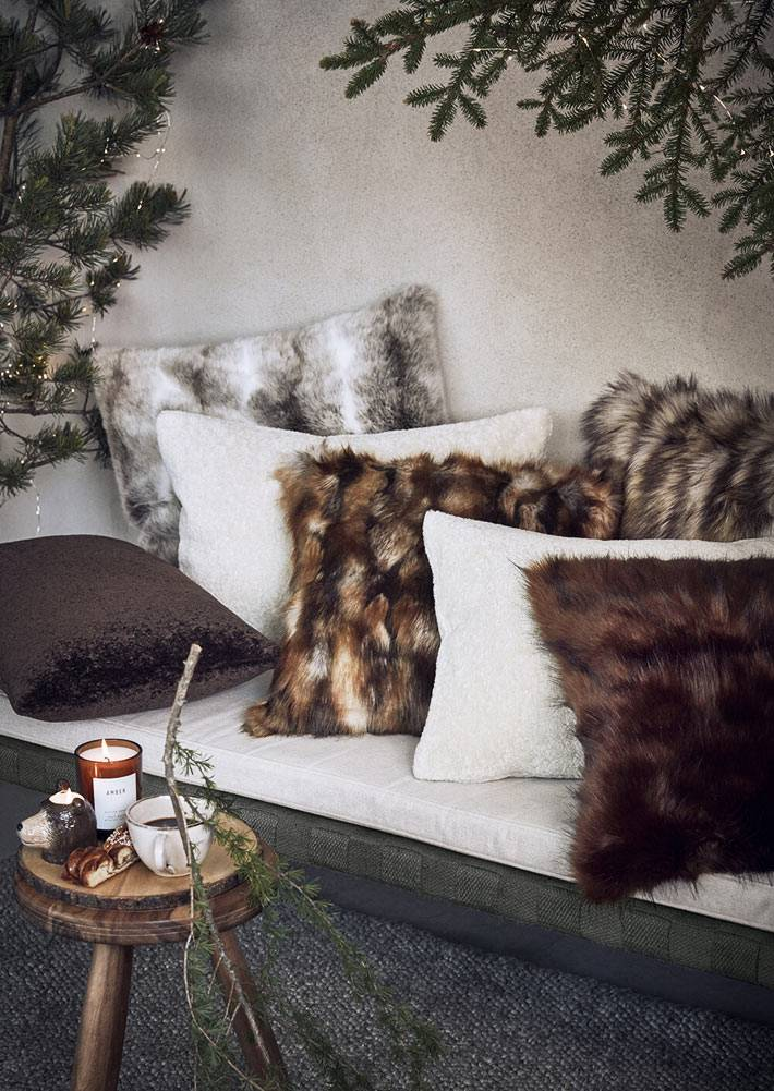 хвойные гирлянды в украшении дома, меховые диванные подушки