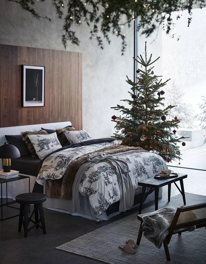 ёлка в новогоднем интерьере спальни фото, панорамное окно в комнате