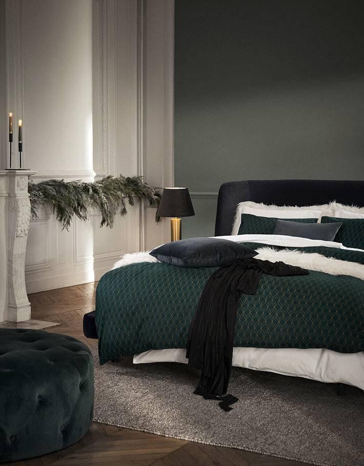 темно-зеленый текстиль для спальни, золотистая лампа на прикроватной тумбе